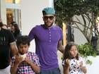 Estiloso, Daniel Alves passeia com os filhos nos Estados Unidos