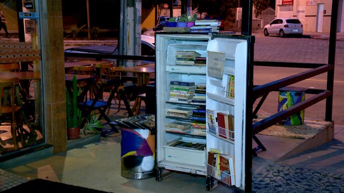 A geladeira 'Mercedes' é uma das ideias criativas de estímulo à leitura (Foto: Divulgação/ TV Gazeta ES)