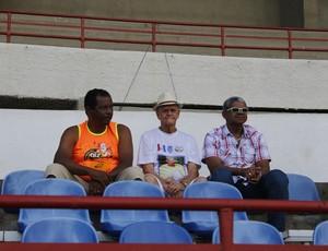Ex-massagista, Castanha assiste ao jogo entre Sete e São Domingos (Foto: Caio Lorena / GloboEsporte.com)