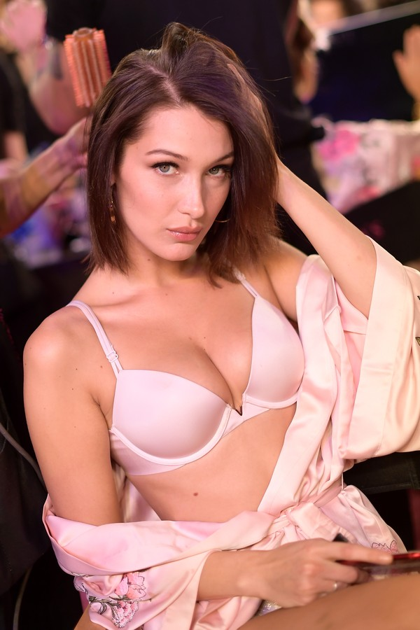 SHANGHAI, CHINA - NOVEMBER 20: Model Bella Hadid poses in Hair & Makeup during 2017 Victoria's Secret Fashion Show In Shanghai at Mercedes-Benz Arena on November 20, 2017 in Shanghai, China.  (Photo by Matt Winkelmeyer/Getty Images for Victoria's Secret) (Foto: Getty Images for Victoria's Secret)