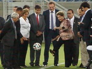 A presidente Dilma Rousseff dá 'chute inicial' na inaguração da Arena Dunas, em Natal (Foto: Augusto Gomes/G1)