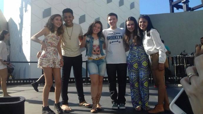"""Ensaio com os amigos Luna Bandeira, Roberto Lucas, Daniel Henrique, Luiza Prochet e Julie de Assis: """"Foi muito bom rever meus amigos!"""" (Foto: Arquivo pessoal)"""
