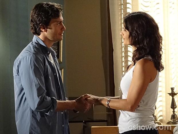 Laerte insiste para que a mulher fique no Brasil com ele (Foto: Em Família/TV Globo)