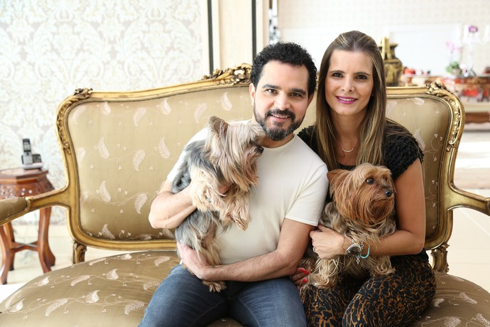 Luciano e Flávia posam com os cachorrinhos na casa do casal (Foto: Carol Caminha/Gshow)