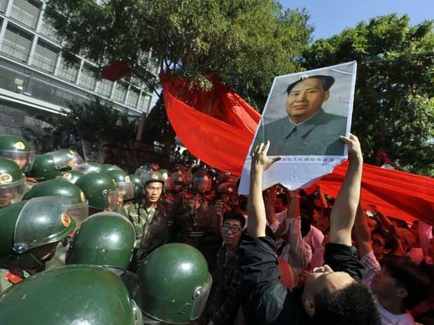 Milhares de chineses protestam em frente à Embaixada do Japão em Pequim, cujo país disputa controle de ilhas com a China. (Foto: Ng Han Guan / AP Photo)
