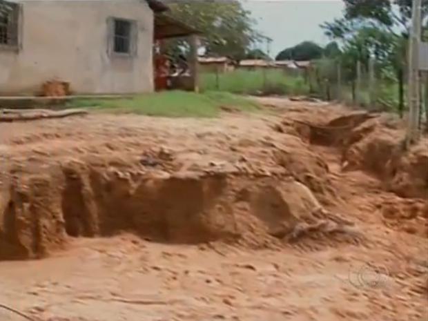 Casa na rua Rodoviário, no setor Barros, em Araguaína, está correndo risco devido à erosão (Foto: Reprodução/TV Anhanguera)