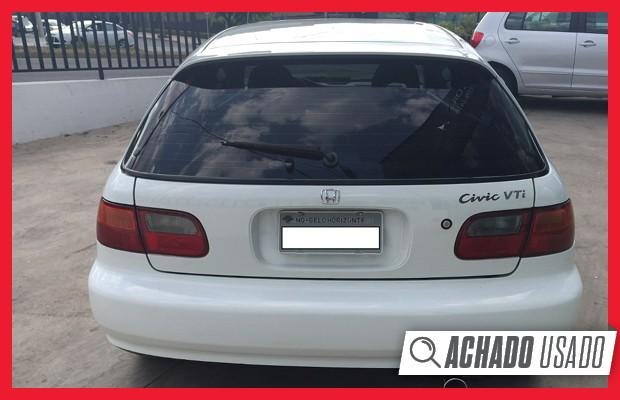 Vidro traseiro do Civic VTi 1995 abre de maneira independente, sendo que a tampa bascula para baixo (Foto: Reprodução)