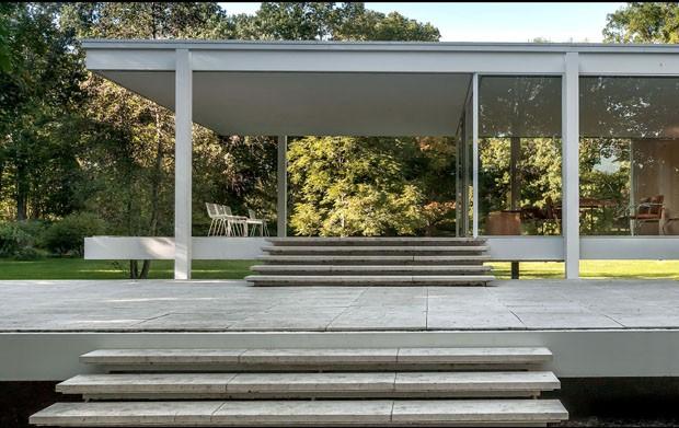"Casa de Vidro de Lina Bo Bardi recebe exposição ""Casas de Vidro"" (Foto: Farnsworth House (projeto 1945-47), Mies Van Der Rohe)"