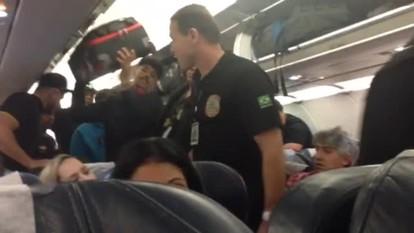 MC Livinho pede oração a passageiros e leva soco na descida de avião no DF