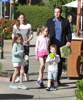 Jennifer Garner e Ben Afleck passeiam juntos ao lado dos filhos (Foto: Grosby Group)