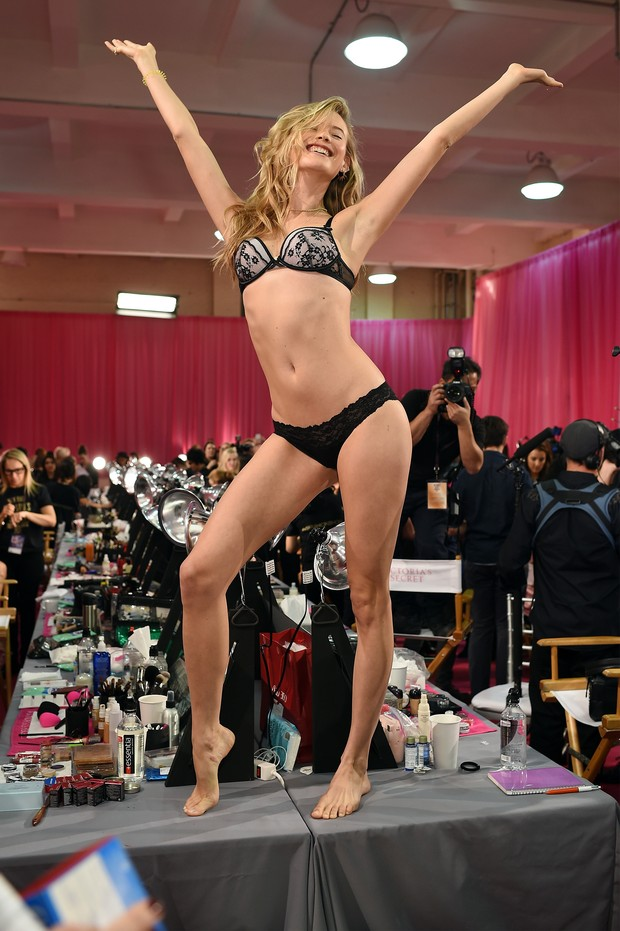 Behati Prinsloo nos bastidores do Victoria's Secret Fashion Show (Foto: Getty Images)