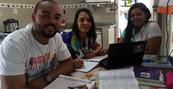 Mãe e filhos estudam juntos para exame (Camilla Motta/ G1)