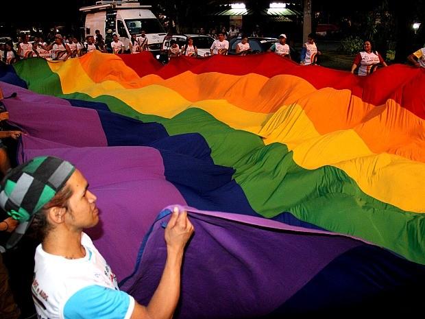 Bandeirão com as cores do arco-íris foi o símbolo da manifestação (Foto: Marcos Dantas/G1 AM)