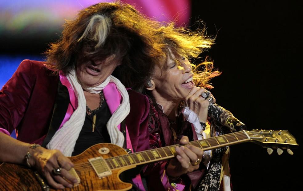 Steven Tyler (dir.) e Joe Perry, do Aerosmith, se apresentam no Parque Simon Bolivar, em Bogotá, na Colômbia, durante a turnê da banda pela América Latina. (Foto: John Vizcaino/Reuters)