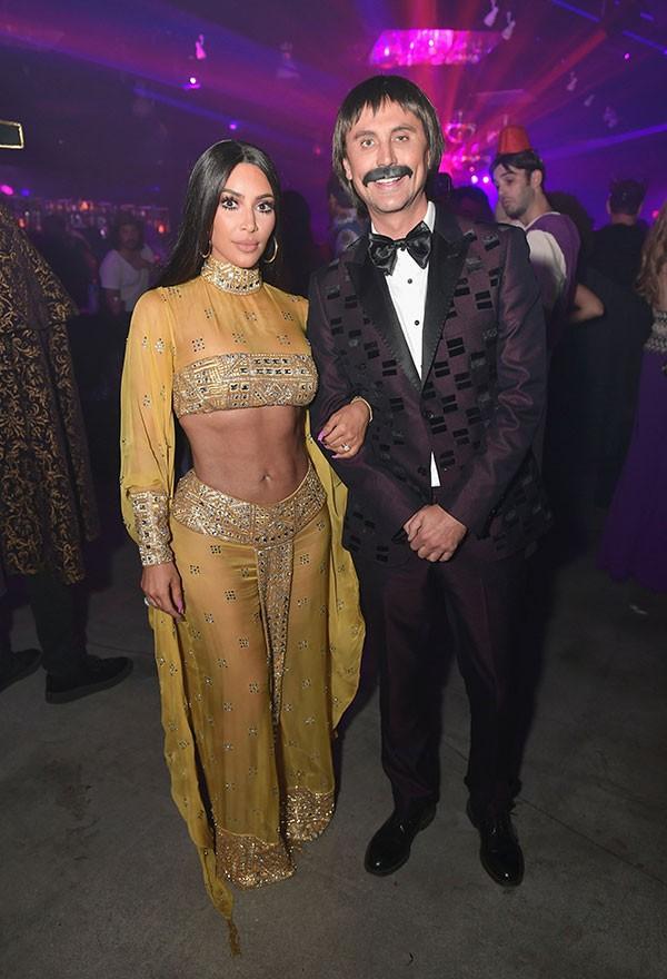 Kim Kardashian e Jonathan Cheban como Cher e Sonny Bono (Foto: Getty Images)