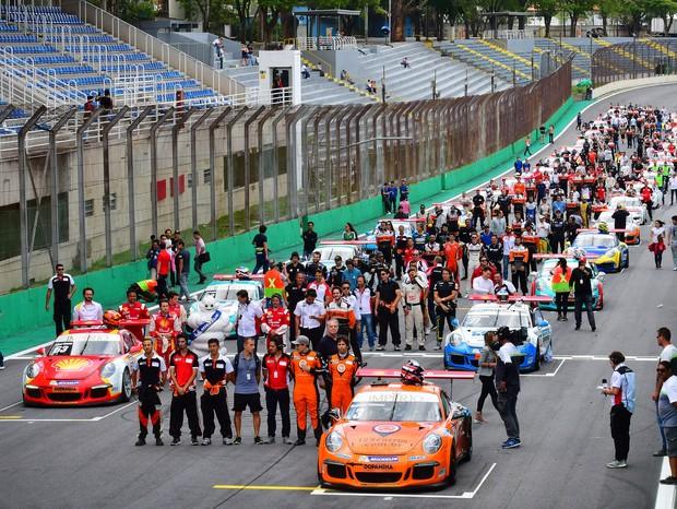 O grid formado para os 500 KM em Interlagos, com a dupla Sergio Jimenez e Rodrigo Baptista no Porsche #3 (Foto: Luca Bassani/PorscheCup)