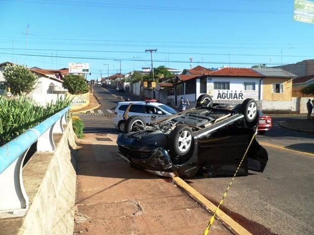 Veículo capotou no viaduto Bento Natel (Foto: Guarda Civil Municipal de Botucatu)