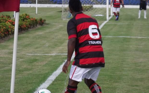 Campinense vence o Petrolina por 2 a 1 (Renatinho na bola) (Foto: Silas Batista / Globoesporte.com)