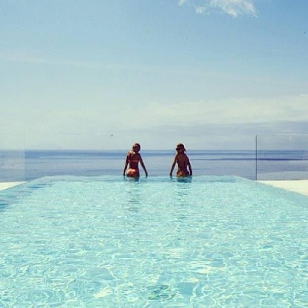 Candice e Doutzen na piscina durante as férias (Foto: Reprodução/Instagram)