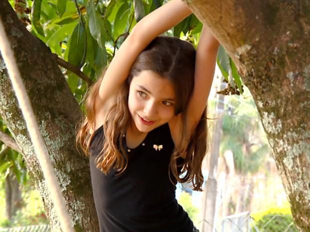 Criança brinca de subir em árvore em Vinhedo (Foto: Reprodução / TV Globo)