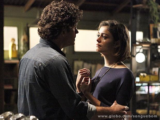 Bento dá um sacode para ver se sua mulher acorda para a vida! (Foto: Inácio Moraes/TV Globo)