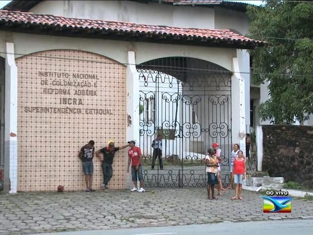 Alguns trabalhadores rurais se organizam no início da manhã, no Incra, em São Luís (Foto: Reprodução / TV Mirante)