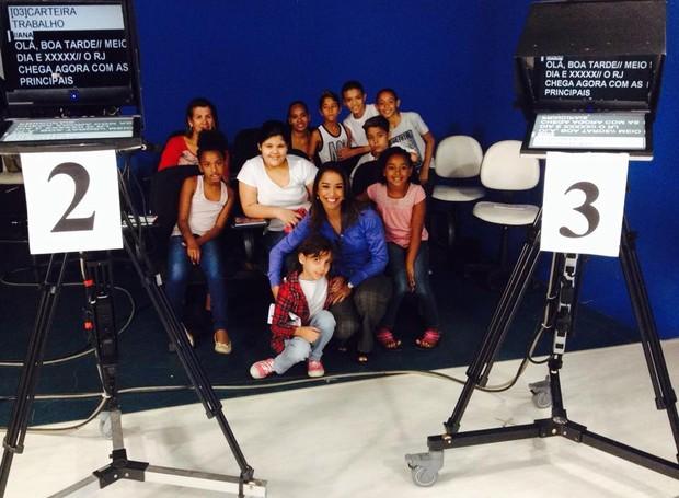 Apresentadora Ana Paula Mendes com as crinças do prjeto durante visitação no estúdio (Foto: Suzana Siega/ Comunicação)