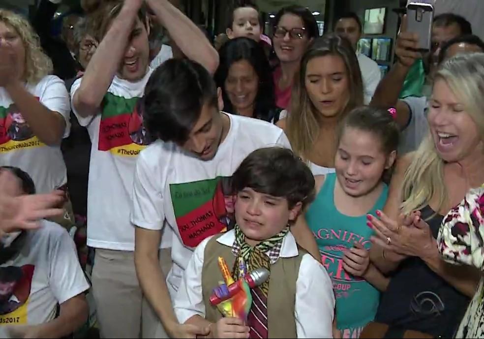 Thomas Machado se emocionou ao reencontrar o irmão após vitória no 'The Voice Kids' (Foto: Reprodução/RBS TV)