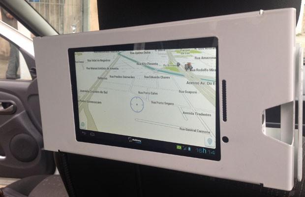 Tablet instalado em táxis de SP funciona como roteador; na tela, o aplicativo Waze funcionando. (Foto: Helton Simões Gomes/G1)