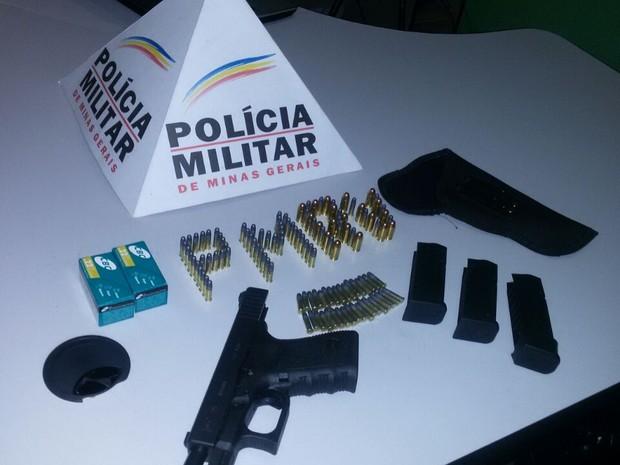 Arma e munições estavam dentro de uma mochila (Foto: Polícia Militar/Divulgação)