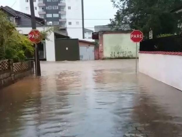Várias ruas ficaram alagadas em Joinville (Foto: Reprodução/Heverton Ferri)