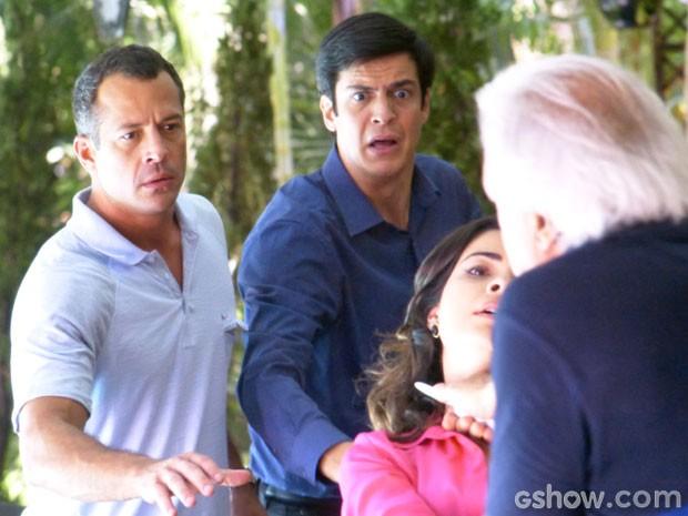 Aline fica desesperada com faca no pescoço (Foto: Amor à Vida/TV Globo)