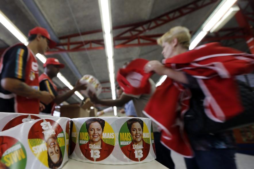 Militantes recolhem material da candidata Dilma Rousseff na reta final do primeiro turno. Ao contrário do que ocorria nas antigas campanhas do PT, a maior parte dos cabos eleitorais recebeu dinheiro pelo trabalho