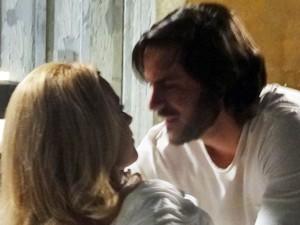 O casal vive noite quente de amor  (Foto: Geração Brasil/ TV Globo)