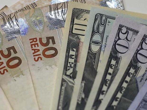 Notas de dólar e real em casa de câmbio no Rio de Janeiro (Foto: Reuters)