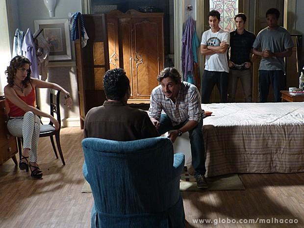 Pablito não aguenta a pressão e sai correndo do casarão (Foto: Malhação / TV Globo)