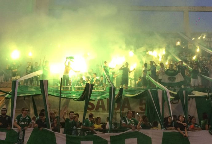 vigília Chapecoense Arena Condá (Foto: David Abramvezt)