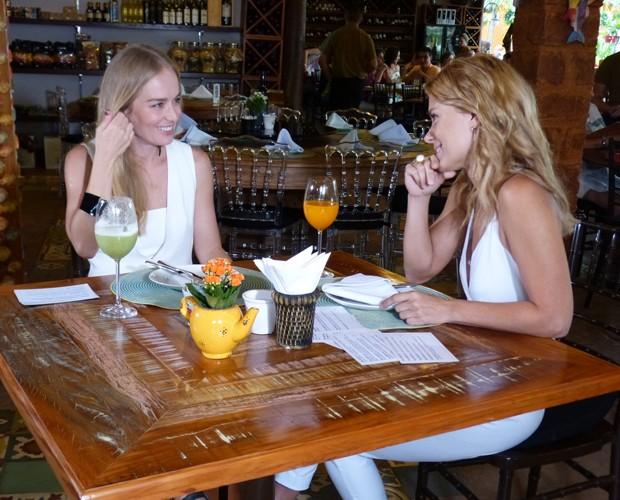 Angélica e Carolina Dieckmann em almoço depois da homenagem (Foto: Paula Santos / Gshow)