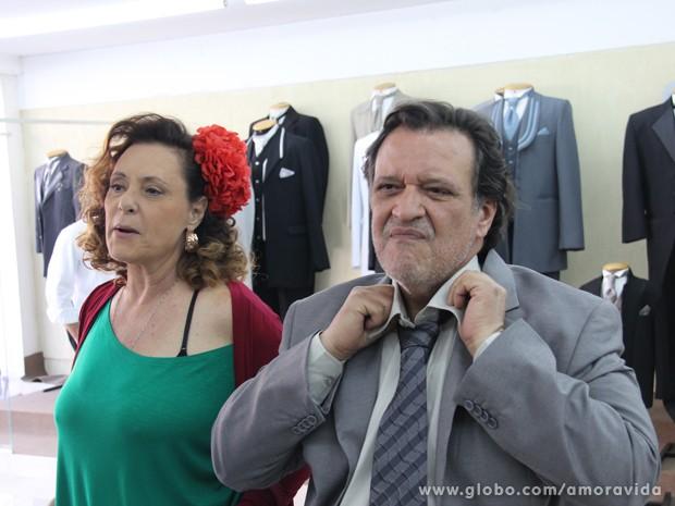 Márcia faz Alfredo experimentar ternos (Foto: Amor à Vida/TV Globo)