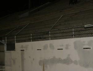 Alambrado do Estádio Barretão danificado (Foto: Augusto Gomes)