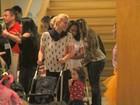 Letícia Spiller leva a filha ao teatro no Rio