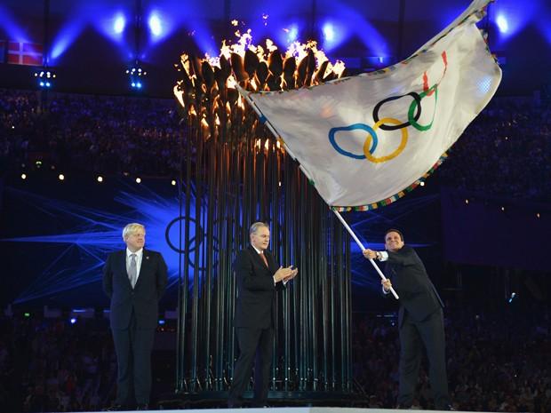 Prefeito Eduardo Paes recebeu a bandeira em Londres no encerramento dos Jogos (Foto: Getty Images/Divulgação)