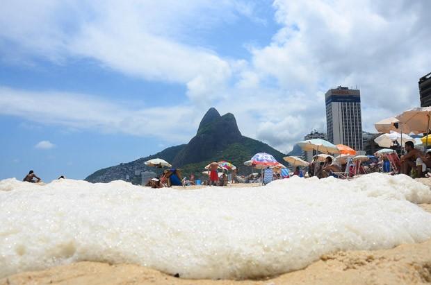 Espuma no leblon neste domingo (19) (Foto: Marcelo Fonseca/Brazil Photo Press/Estadão Conteúdo)