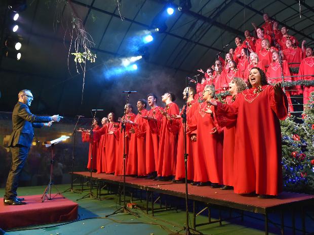 Maestro Giovani Costa e os 38 coristas (Foto: Cleiton Thiele/SerraPress/Divulgação)