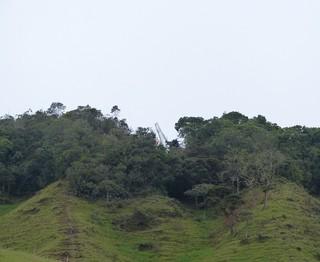 Asa de avião da LaMia que se chocou contra montanha se destaca em meio à mata densa (Foto: Vicente Seda)