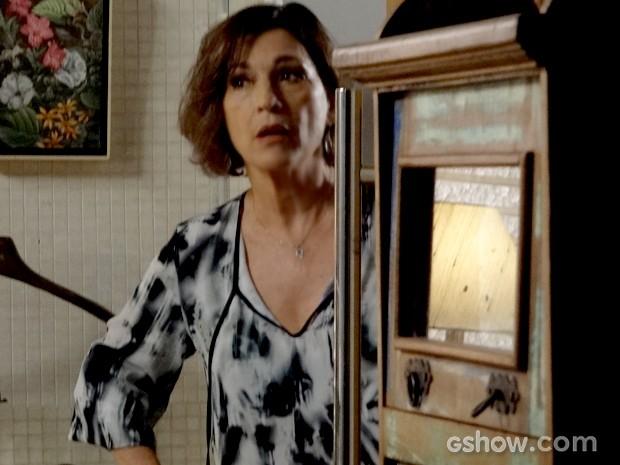 Chica não engole desculpa de Helena e fica encucada com dilema de Clara (Foto: Em Família / TV Globo)