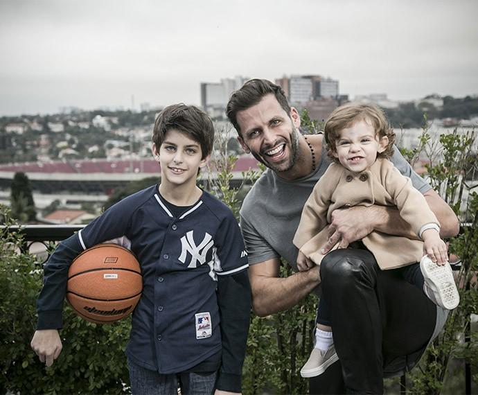 Pai e filhos posam sorridentes na varanda do apartamento em São Paulo (Foto: Raphael Dias/Gshow)
