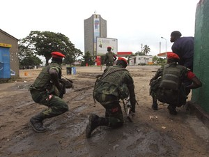 Agentes de segurança do Congo patrulham a capital Kinshasa nesta segunda-feira (30). (Foto: Jean Robert N'Kengo/ Reuters)