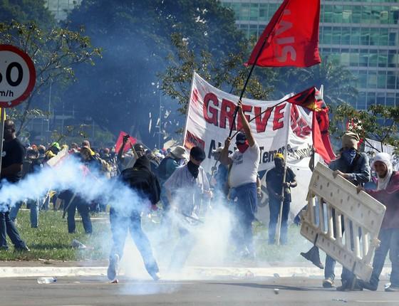 Manifestação contra as reformas e o governo de Michel Temer tomam as vias da Esplanada dos Ministérios e  entram em confronto com policiais (Foto:   EVARISTO SA/AFP)