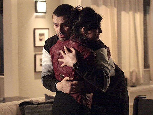 Fernando finge para Miriam que consegue voltar a andar e arranca beijo da amada (Foto: Divulgação/TV Globo)